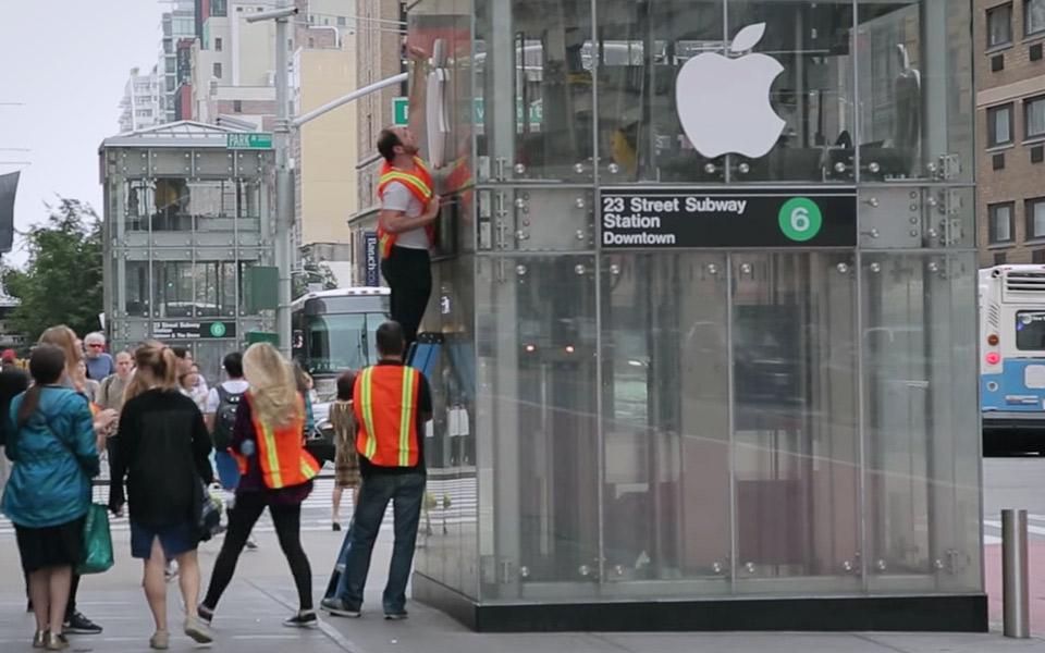 Apple-fans tror de får en iPhone X - men ender i stedet i en elevator