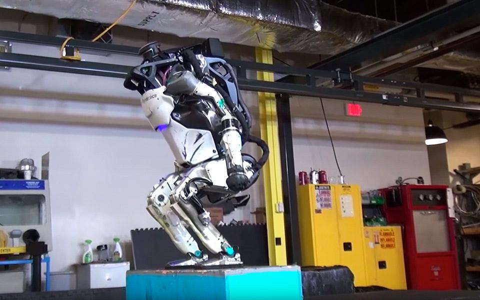 Boston Dynamics Atlas laver backflip