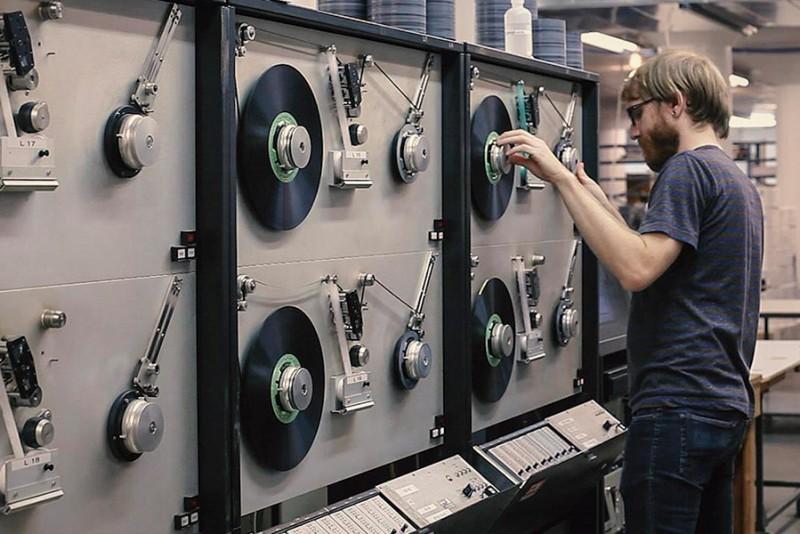 Kom indenfor processen på en kassettebånds-fabrik