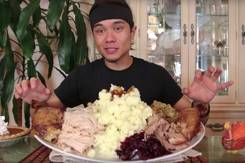 Matt Stonie spiser næsten 5 kilo Thanksgiving mad på 42 minutter