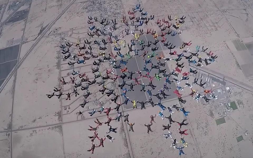 Se 217 faldskærmsudspringere sætte ny verdensrekord