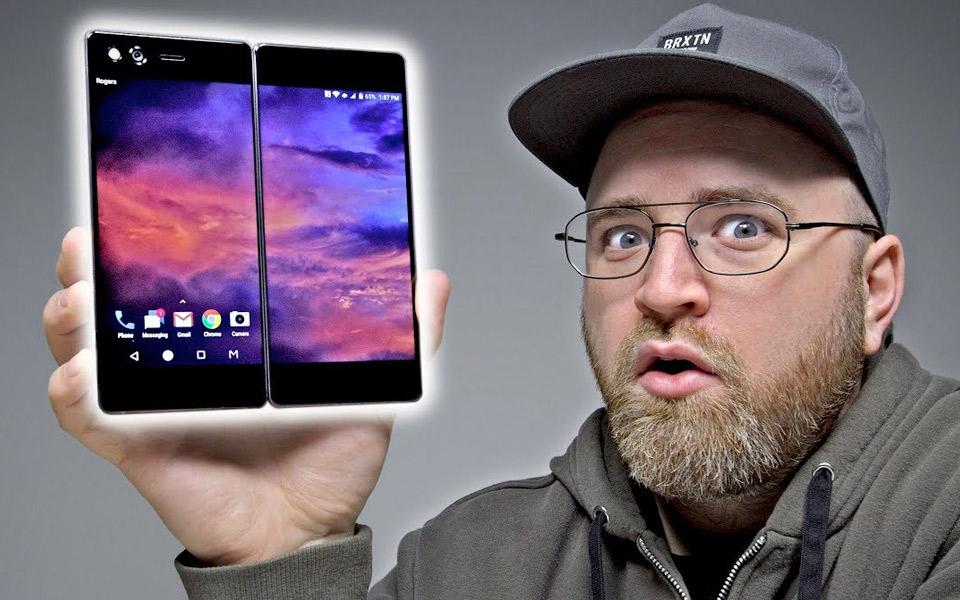 Unbox Therapy tester mobilen med to skærme