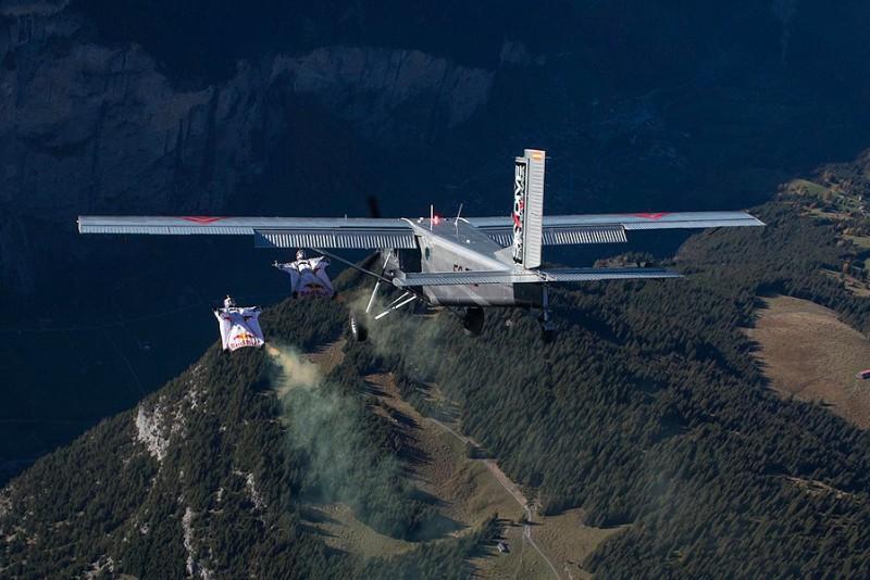 2 modige mænd med wingsuits kommer ind i fly midt i luften
