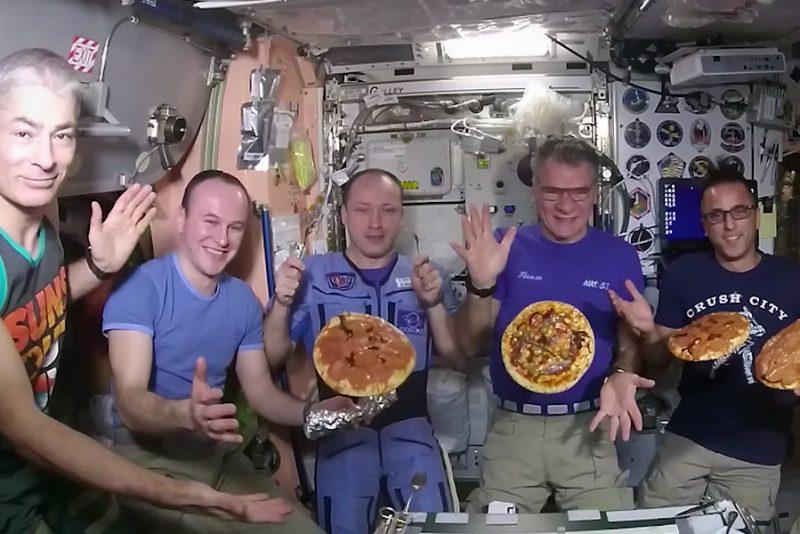 Pizza-aften er sjovere på Den Internationale Rumstation