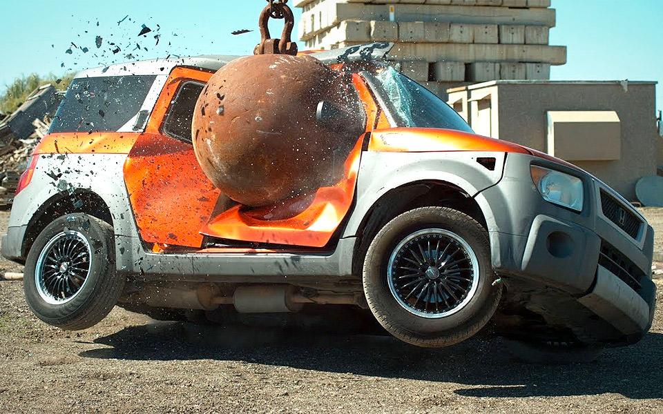 Se en nedrivningskugle smadre biler i slow motion