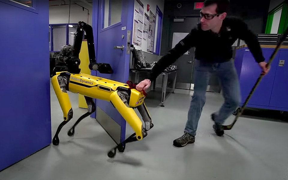 Se hvad der sker, når en mand prøver at forhindre en avanceret robot i at komme gennem en dør