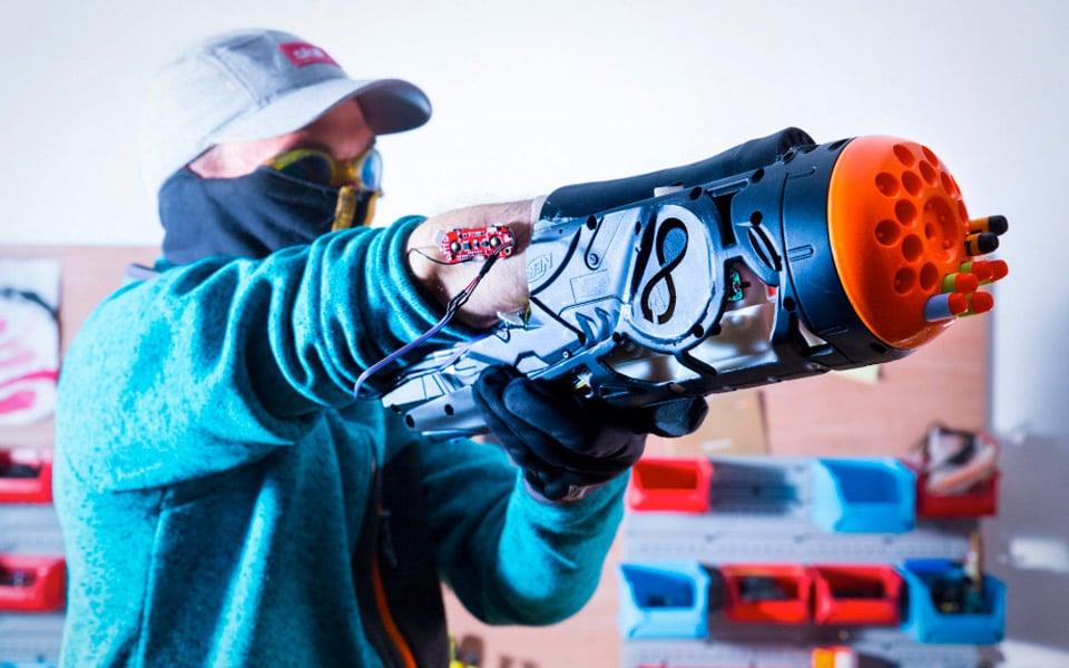 Nicolas bruger et NERF-gevær som armprotese