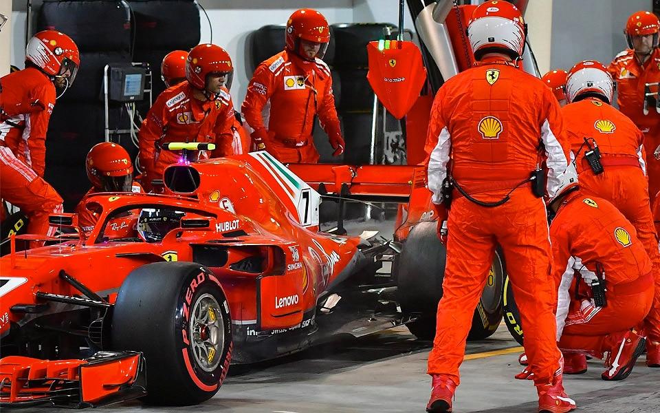 Ferrari-mekaniker brækker benet i fuldstændigt mislykket pitstop