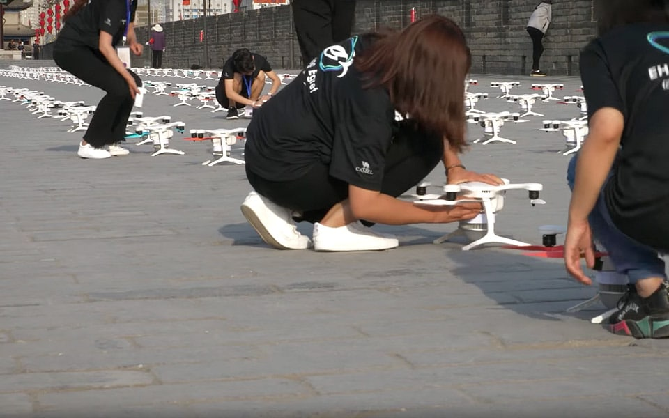 Se 1.374 droner sætte ny verdensrekord i simultan droneflyvning med kæmpe lysshow