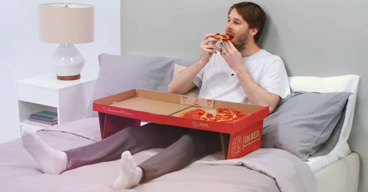 Her er pizzaæsken til dig, der spiser i sengen