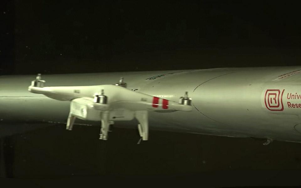 Se hvad der sker, når en drone smadrer ind i en flyvinge