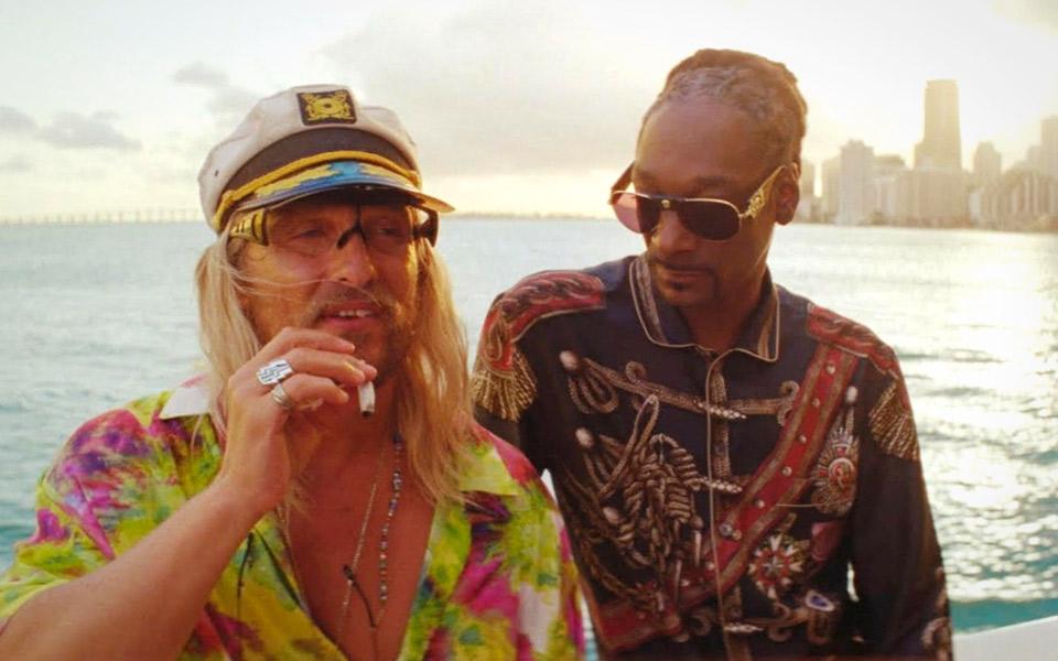 Matthew McConaughey suger hårdt på hashpiben i den nye trailer til The Beach Bum
