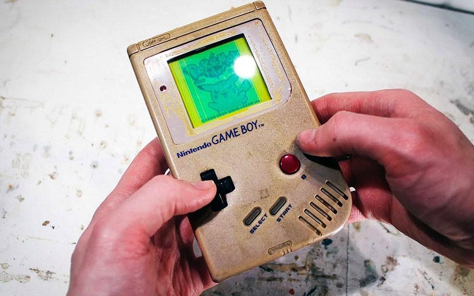 Det er underligt tilfredsstillende at se en gammel Game Boy blive restaureret