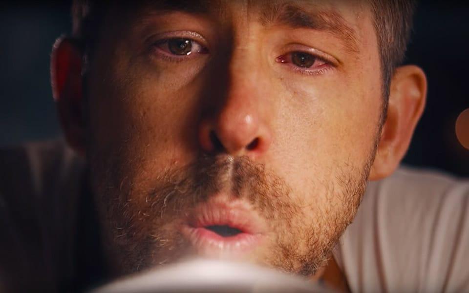 Ryan Reynolds mundblæser og graverer selv alle flaskerne til Aviation Gin