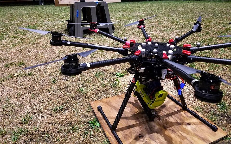 En drone med en sømpistol er en farlig opfindelse