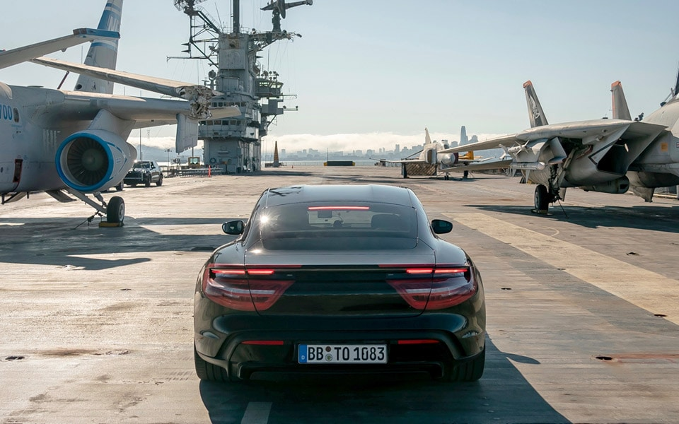 Se Porsche Taycan accelerere fra 0-145-0 km/t på et hangarskib