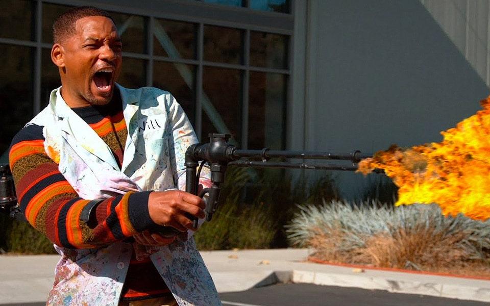 Will Smith leger med en flammekaster i slow motion