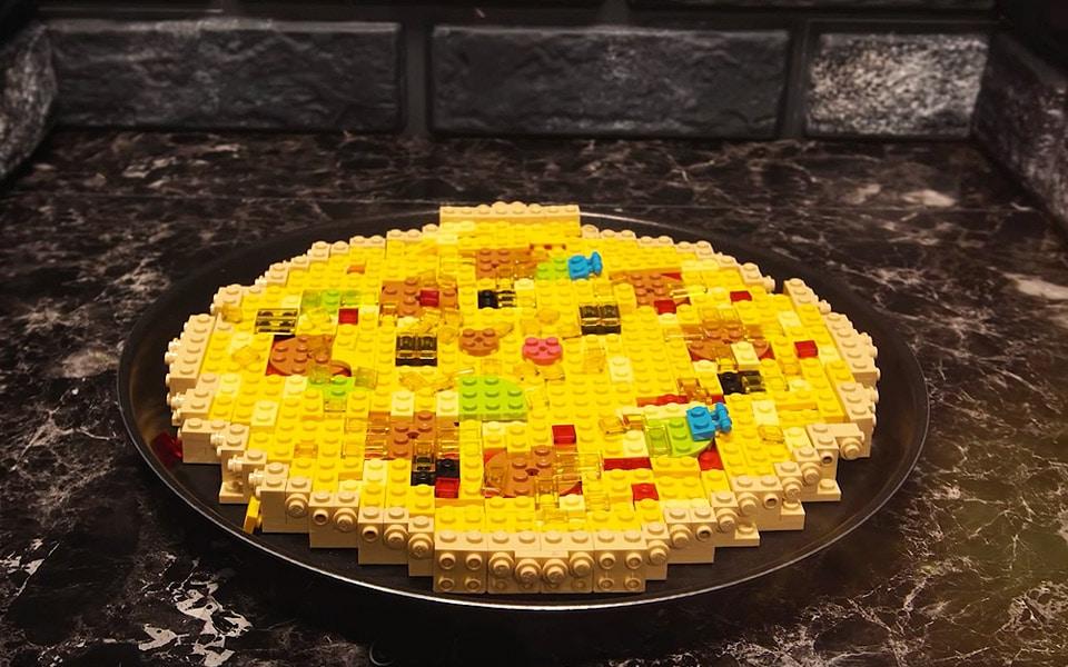 Det er underligt fascinerende at se en LEGO-pizza blive lavet
