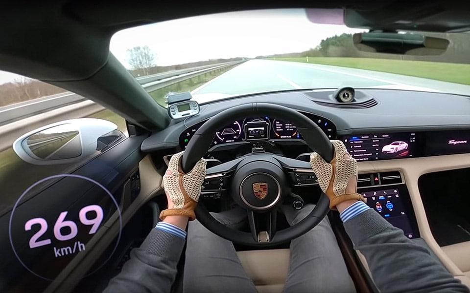 Se en Porsche Taycan Turbo S for fuld skrald på Autobahn