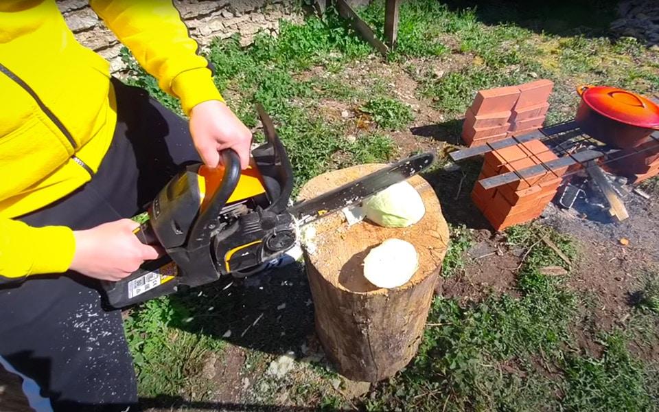 Boris bruger en motorsav til at lave mad